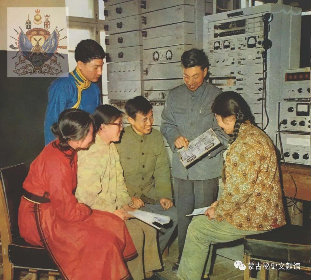 内蒙古教育自治区成立30年画册 第32张 内蒙古教育自治区成立30年画册 蒙古文化