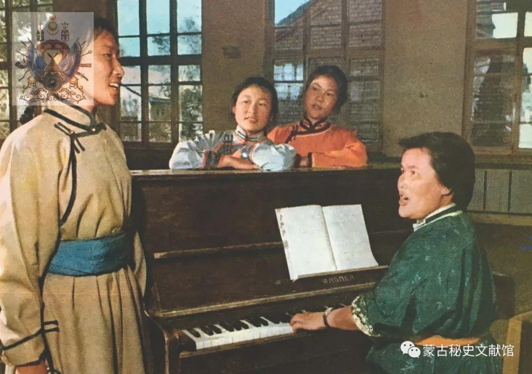 内蒙古教育自治区成立30年画册 第36张 内蒙古教育自治区成立30年画册 蒙古文化